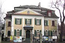 Vila se zahradou na Zacpalově ulici dnes slouží Krnovanům jako muzeum, výstavní síň a sídlo Městského informačního a kulturního střediska MIKS. Už brzy bude tato kulturní památka na prodej.