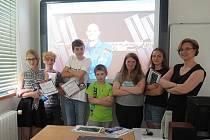 Žáci Základní školy ve Městě Albrechticích se radují z certifikátů, které podepsal německý kosmonaut Alexandr Gerst. Dokument ukazuje polohu vesmírné stanice ISS v okamžiku, kdy počítač přijal zprávu z Města Albrechtic.