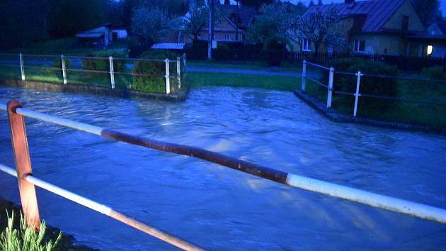 Situace ve čtvrtek 13. května v noci v Jakartovicích. Přívalové lijáky tam způsobily povodeň.