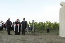 Socha svaté Anežky nad Pavlovem mezi vinohrady patří k projektům, které financoval krnovský rodák Pavel Müller. Na snímku jí žehná kardinál Dominik Duka.