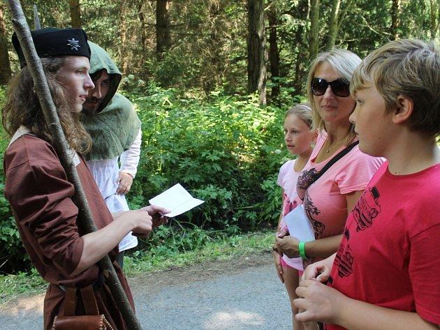 Do lesa na Drakově o víkendu vpouštěl Soubor historických tanců a šermu z Hodonína jen s Vandrovními knížkami.