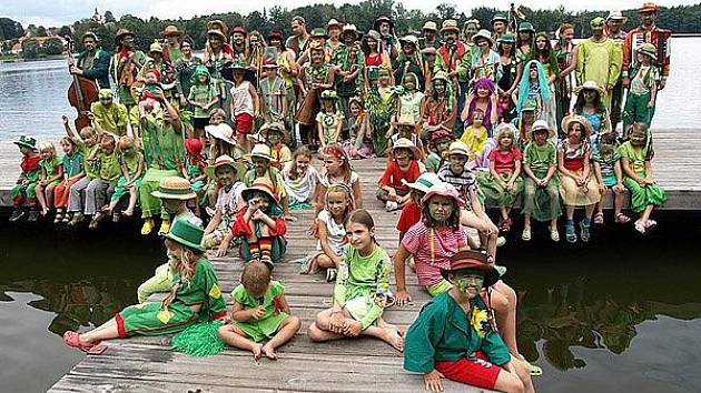 Vodnická zábava nazývaná pestráda je oblíbenou kratochvílí vodníků, scházejících se už od roku 2002 v Chlumu u Třeboně. Letos vodníci opanují břehy Slezské Harty.