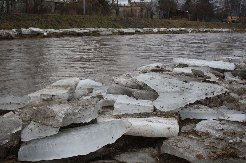Ve středu se v Branticích nahromadily kry v říčním korytě až se voda z Opavy začala rozlévat na hřiště. K podobné situaci se schylovalo také v Krnově, když se kry zašprajcovaly pod mostem na ulici ČS armády.