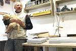 Otec Lukáš Ščupák vyrábí pro změnu nádherné ruční dráhové modely formulí.