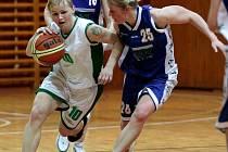 Michaela Šandová (vlevo) uniká soupeřce.