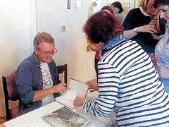 Zbigniew Czendlik podepsal zájemcům na konferenci svou knihu Postel, hospoda, kostel.
