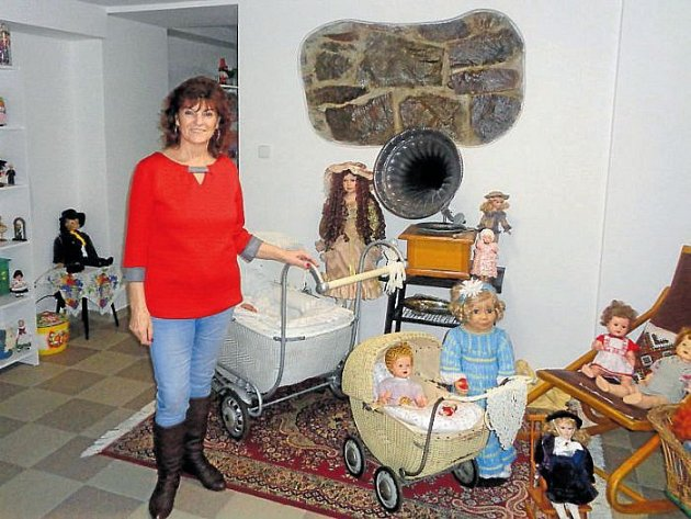 Miroslava Vroblová vystavuje svou celoživotní sbírku panenek a kočárků v Krnově v suterénu kavárny Villa Cafe v Zacpalově ulici . Otevřeno má každý den kromě pondělí.