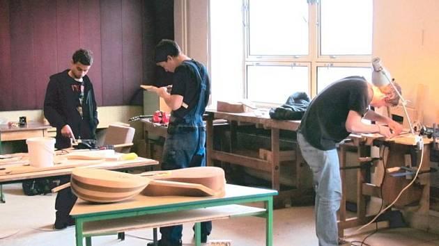 Budoucí varhanáři se na Střední umělecké škole varhanářské v Krnově naučí v rámci svých praxí základy výroby strunných nástrojů nebo varhan, umí používat technickou dokumentaci i programy AutoCad či 3D modelování v Autodesku.