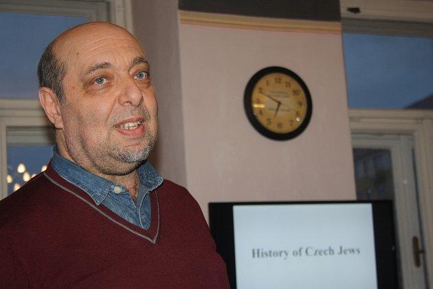 Tomáš Kraus  je tajemníkem Federace židovských obcí. Byl nadšený, když vkrnovském Domě Evropy viděl hebrejské hodiny, kterým se ručičky otáčí pozpátku.
