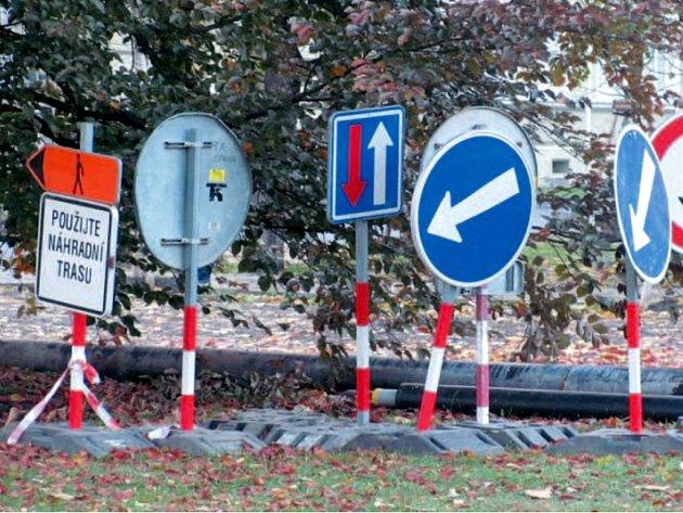 Dopravní značky ještě nedávno ukazovaly chodcům a cyklistům náhradní trasy, jak se dostat kolem výkopů z krnovského náměstí do Smetanových sadů nebo naopak. Brzy už nebudou potřeba.