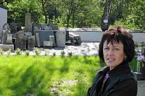 Starostka Věra Bubelová je hrdá na opravený kostel a hřbitov v Moravskoslezském Kočově, na jehož pozemku jsou uloženy torza historických náhrobků.