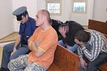 Martina C. z Krnova přivezla z ostravské vazební věznice patrola (vepředu), tři spoluodsouzení si raději zakrývali obličeje.