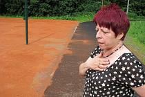 Václavovská starostka Jarmila Pavlíková na pozemku u fotbalového hřiště, kde se podařilo vybudovat dráhu pro in line bruslení a také antukový plácek na nohejbal.
