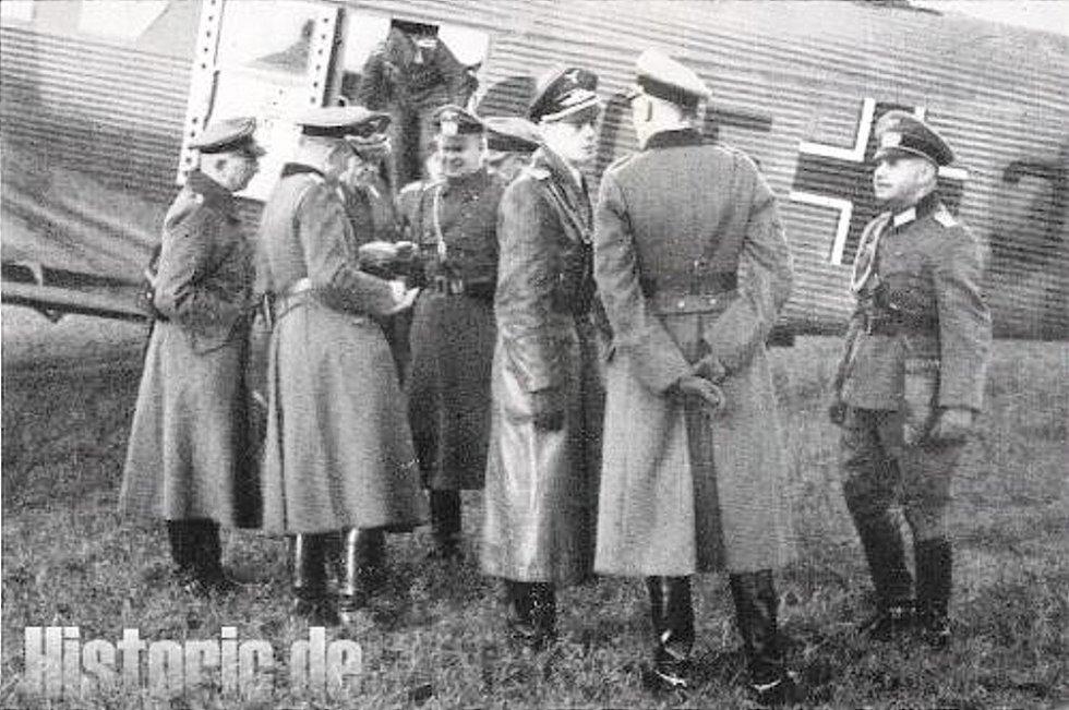 INFANTERIE-REGIMENT 16 neboli Pěší pluk 16 působil v Sudetech v roce 1938. Na snímku štáb pluku po přistání v Bruntále.