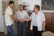 Reprezentačního gólmana přijala na krnovské radnici místostarostka Alena Krušinová a Libor Nowak, který je předsedou sportovní komise.