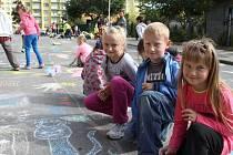 Školní a předškolní výuku si zpestřili žáci bruntálského Petrinu a děti ze všech šesti místních mateřských škol ve čtvrtek 12. září vymalováním silnice ve Školní ulici. Prostor před školou zdobila sluníčka, veselé postavičky i zvířátka.