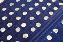 Římské stříbrné denáry především z druhého století rozbalovali ředitelka Muzea v Bruntále Hana Garncarzová, správce archeologického depozitáře Igor Hornišer a historička umění Ľubica Mezerová (zleva).