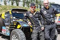 Bugatku Optimus ze stáje KM Racing řídil Josef Macháček (vpravo), který je pětinásobný vítěz Dakaru v kategorii čtyřkolek. Za navigátora a parťáka si vybral o generaci mladšího Vlastimila Tošenovského (vlevo).