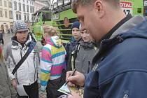 Nejlepší český kamionista letošního ročníku Rallye Dakar, Martin Kolomý ze Starého Města u Bruntálu, rozdával v Olomouci fanouškům podpisy.