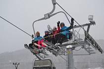 SKI Karlov je jedním z jesenických lyžařských areálů v Karlově pod Pradědem, kde ženy získají ke svému svátku o víkendu slevu na jízdném a dárek.