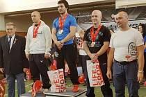 Silový trojbojař Tomáš Juříček (v modrém) na nejvyšším stupínku.