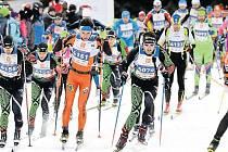 Rekordní účast provází celou letošní sezonu Ski Tour, nejinak tomu bylo i na JeLyManu. Snímek ze startu závodu, Václav Sedláček druhý zleva, vpravo v oranžovém pozdější vítěz Pavel Ondrášek.
