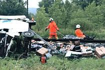 Zásilky kurýra zůstaly po střetu s vlakem vysypány okolo kolejí. Bylo jich požehnaně, šofér ten den doručoval poštu na sedmdesát různých míst.