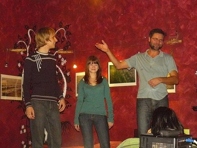 Olega a Olju, sympatický manželský pár z Ruska, představil návštěvníkům čajovny Ninive Svatopluk Chlápek. Olja má v rodném listě uvedeno místo narození Krnov. Olja navštívila rodiště na turistické vízum, její rodiče přišli s okupační Sovětskou armádou.
