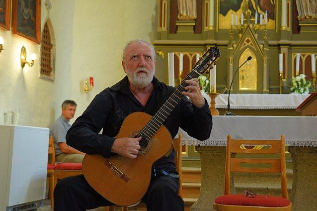 Kytarista Štěpán Rak opět vystoupí na Cvilíně, zahraje v kostele i se synem.
