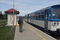 Dnes už vlaky na úvalenské nádraží jezdí na čas a nástupiště vypadá poněkud fádně.