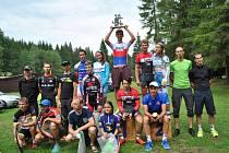 Kompletní stupně vítězů letošního ročníku Železného Draka. Uprostřed s hlavní trofejí celkový vítěz Jakub Otruba, letošní juniorský mistr republiky.