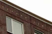 Inspektoři zjistili, že na budovách jsou montážní pěnou nebo stavebním materiálem vyplněny podstřešní ventilační otvory, užívané rorýsy k hnízdění.