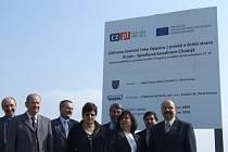 Stavba kanalizace v Chomýži byla oficiálně zahájena ve středu 8. dubna. Akce se zúčastnila mimo jiné starostka města Krnov Renata Ramazanová či starosta Hlubčic Jan Krówka.