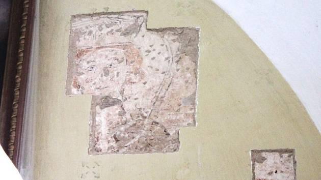 Kostel Archanděla Michaela v Hrozové na Osoblažsku připravil památkářům, kteří zde od roku 2011 provádějí archeologický průzkum, senzaci: v chrámu postaveném ve 13. století objevili pod vrstvami omítky vedle hlavního oltáře vzácné fresky.
