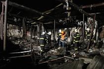 Sedm jednotek hasičů zasahovalo ve středu večer v  Dívčím Hradu u požáru bývalé drůbežárny, kde v poslední době přespávali dva bezdomovci.