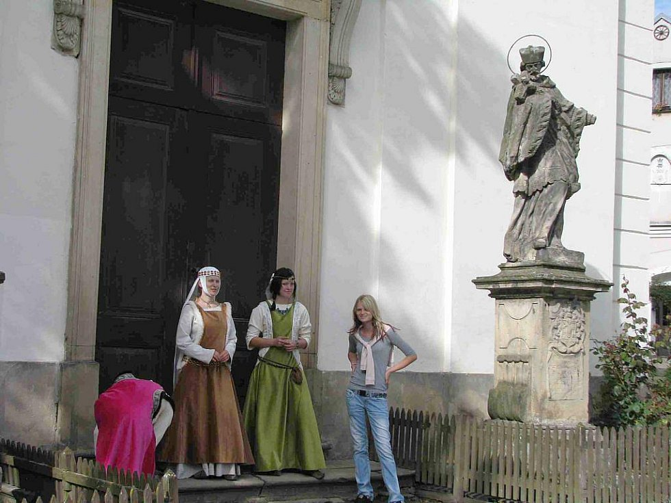 Poslední srpnový víkend patří každoročně na hradě Sovinci u Jiříkova vyznavačům bojových umění, ale i historické hudbě a tanci.