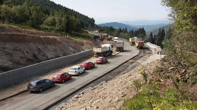Červenohorské sedlo je ode středy neprůjezdné. Výsledkem oprav bude rozšíření vozovky, stabilní svahy a lávka přes silnici I. třídy. Ta spojí jižní a severní část lyžařského areálu.