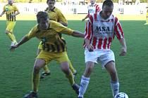 Dvě penalty během čtyř minut určily směr utkání. Vlevo obránce Daniel Biskup.