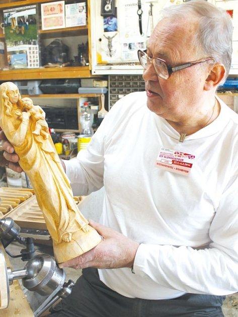 Madonu s Ježíškem vytvářel v bratislavském veletržním centru Incheba Expo Bratislava bruntálský řezbář František Nedomlel.