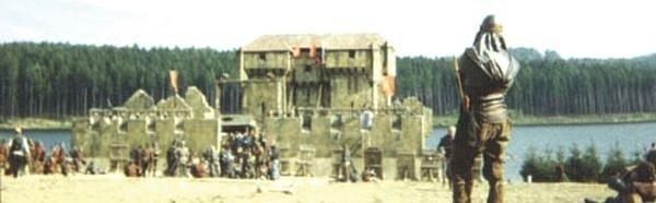 Na březích Slezské Harty postavili filmaři vroce 1998hrad, po němž dnes už není ani památky. Hradby byly zpolystyrenu.