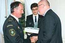 Hasič Karel Friedrich (vlevo) přebírá ocenění od českého premiéra Bohuslava Sobotky.