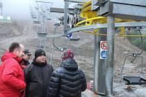 Korekce rychlosti pásů, otvírání lyžařských branek a synchronizace pásu s rychlostí lanovky, to byly poslední technické detaily, které na sklonku minulého týdne ladili na Myšáku v Karlově.