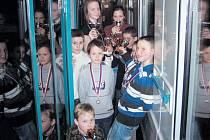 Vodní záchranáři z Krnova se vrací ze soutěže v Neratovicích s úsměvem. Mnozí z nich si odvezli medaile a trofeje za své výkony.