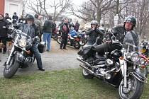 Krnovský motocyklový klub KMK byl založen před deseti lety v lednu 2003. Od loňského roku do motorkářského kalendáře přibylo také jarní žehnání motorek na Cvilíně v poutním kostele Panny Marie Sedmibolestné.