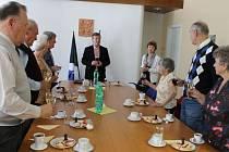 Bílým a červeným vínem si oslavenci připili na radnici s místostarostou Vladimírem Jedličkou a vedoucí správního odboru města Evou Mazouchovou (uprostřed).