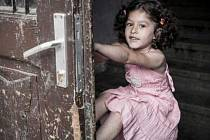 Romské děti, jejich výchovu a vzdělání fotil Jindřich Štreit také v Krnově.  Výstava ve Flemmichově vile začíná 9. prosince.