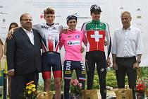 Závod Míru 2016 si podmanili stříbrný Brit Hart Tao Geoghegan (vlevo), vítěz David Gaudu (uprostřed) z Francie a celkově třetí Švýcar Kilian Frankiny.