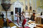 Video zachycující rozcvičku v kostele na Cvilíně bylo z youtube vzápětí smazáno. Na internetu ještě dlouho kolovalo pár fotek rozcvičky na Františkánském setkání mládeže. zdroj: