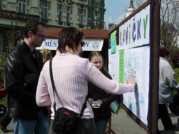 Mnoho lidí se zapojilo do průzkumu během tradičního jarmarku.