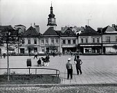 Bruntálské náměstí, pohled na severní stranu, bývala zde Státní pojišťovna, prodejna porcelánu a skla nebo kožená galanterie a oděvy.